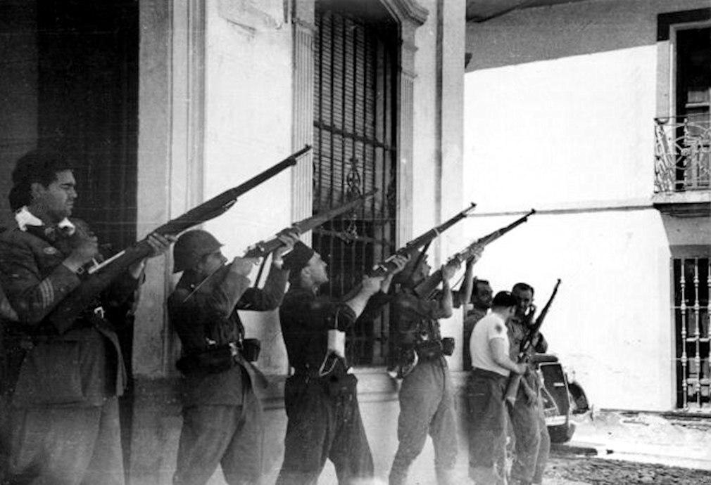 Guerra Civil El Carpio. Milicianos disparando contra un avión