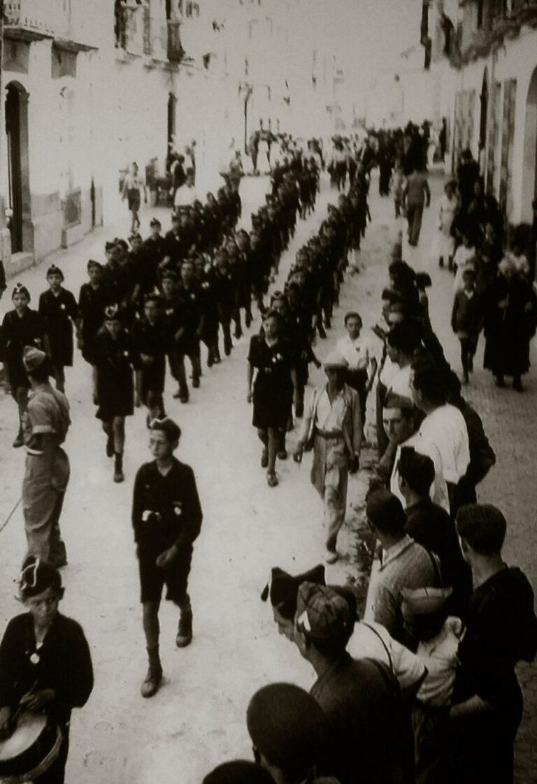 Guerra-Civil-Baena-desfile-Balillas-y-Seccion-Femenina-por-la-calle-Amador-de-los-Rios
